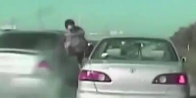 Polizist beinahe von rasendem Auto erfasst