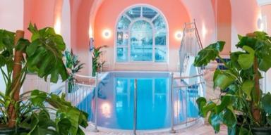 Pool mit rosa Wand