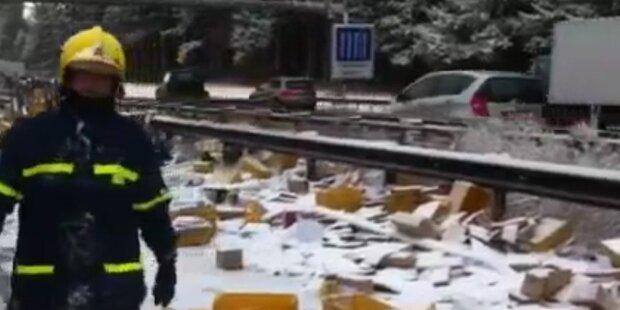 Unfall: Weihnachtspost auf Autobahn verteilt