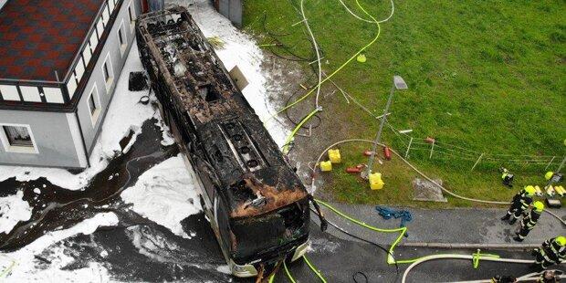 Postbus völlig ausgebrannt