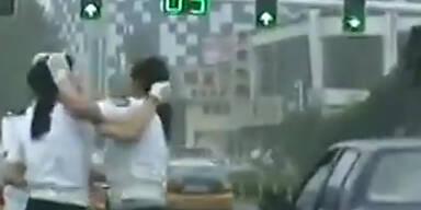 China: Polizistinnen kämpfen miteinander