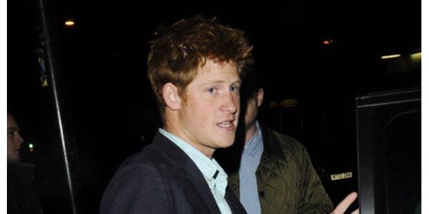 Prinz Harry knutscht eine Blondine
