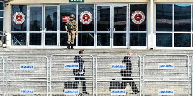 Haftstrafen für Cumhuriyet-Mitarbeiter