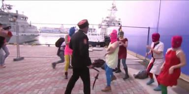 Pussy Riot bei Dreh von Polizei attackiert