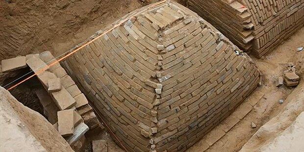 Mysteriöses Pyramidengrab steht vor der Öffnung