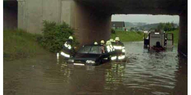 Regenfälle versenkten Straßen und Keller