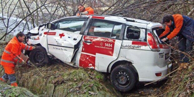 A2: Rot-Kreuz-Auto stürzt von Brücke