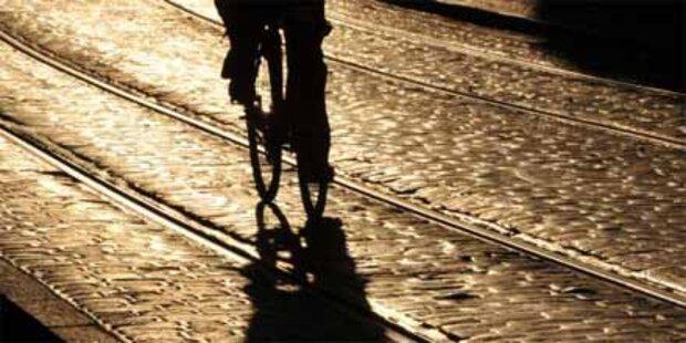 Radfahrer durchschlug mit Kopf Autoscheibe
