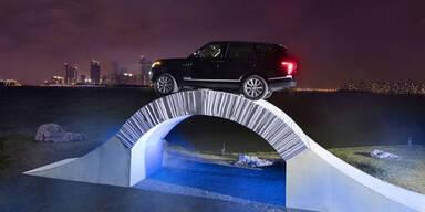 Luxus-SUV fährt über Brücke aus Papier