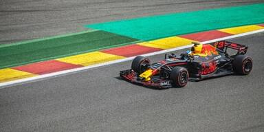 Red Bull Formel 1 Wagen auf Formel 1 Strecke.