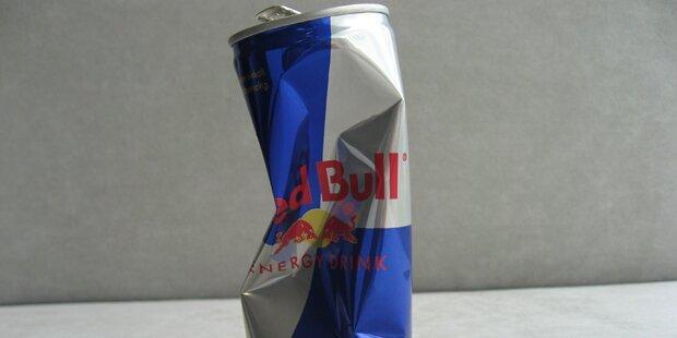 Gans wird Red-Bull-Dose im Schnabel nicht los