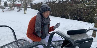 Schülerin muss Referat während Schnee-Chaos im Garten halten