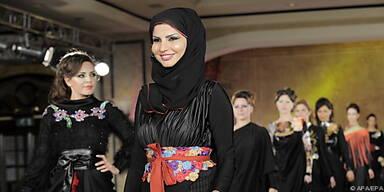 Reichlich bestickte, elegante Kleider in Beirut