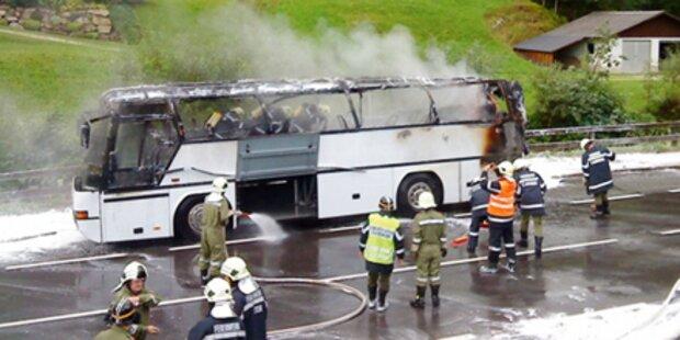 Reisebus brannte neben Gaslager ab