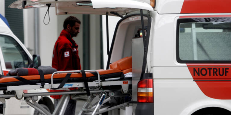 Hirnlos: Bei Rettungswagen während Einsatz Luft aus Hinterreifen gelassen