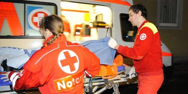 Pkw crasht frontal in Lkw: Zwei Verletzte