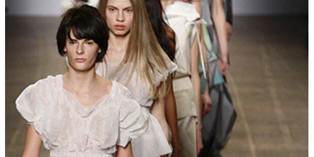 Miyake Models barfuß und in Papierkleidchen