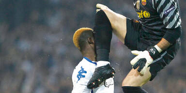 Brutalo-Foul von Barça-Keeper Valdés