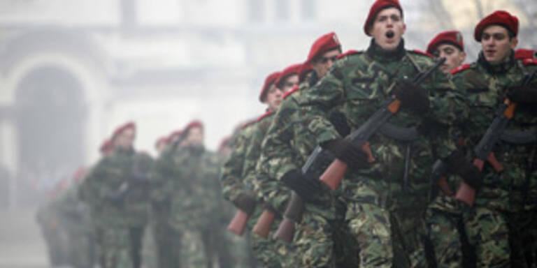 Ein letztesmal: Zum Abschied marschieren bulgarische Wehrpflichtige in der Altstadt Sofias