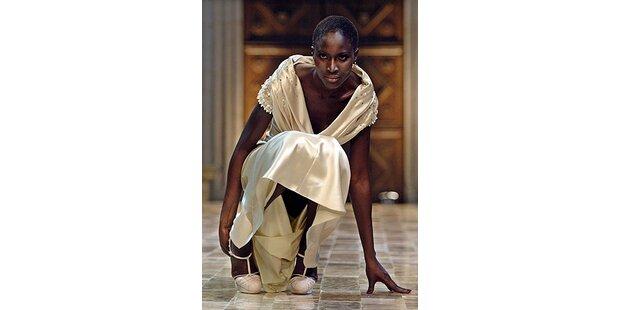 Dior- Model pfeifft auf die Highheels