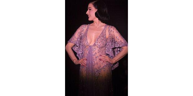 Sexy Burlesque-Performance in Elie Saab-Robe