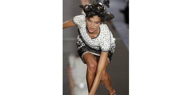 Chanel-Model knickte wie eine Blume