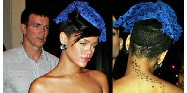 Schräger Hut: Rihanna versteckt Kahlkopf