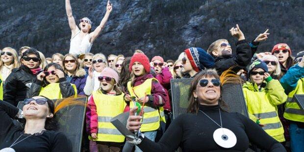Norwegisches Dorf hat endlich Sonne
