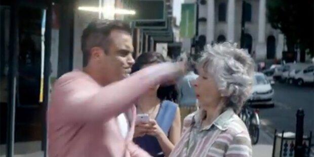 Robbie Williams schlägt Oma K.o.