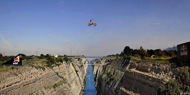 Motocross-Fahrer übersprang den Kanal von Korinth