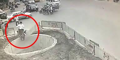 Mopedfahrer landet nach Unfall in Erdloch