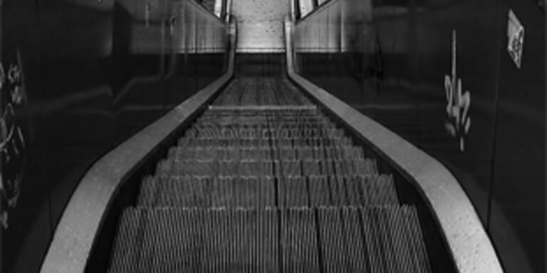 Frau auf Rolltreppe durch Schal erwürgt