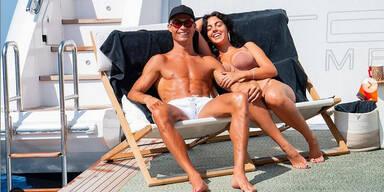 Cristiano Ronaldo mit seiner Freundin Georgina Rodriguez im Liegestuhl auf einer Yacht