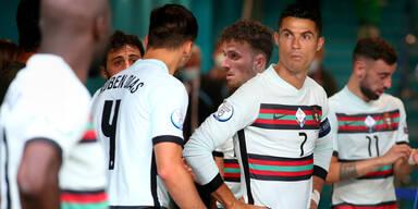 Cristiano Ronaldo mit seinen portugiesischen Nationalmannschaftskollgen im Spielertunnel