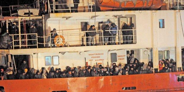 768 Flüchtlinge von Rost-Schiff gerettet