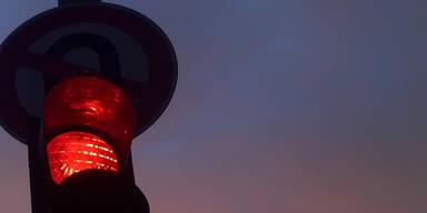 90-Jährige ging bei Rot über Straße - niedergefahren
