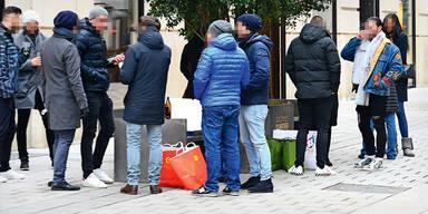 Wiener stehen in Gruppen in der Innenstadt trotz Corona