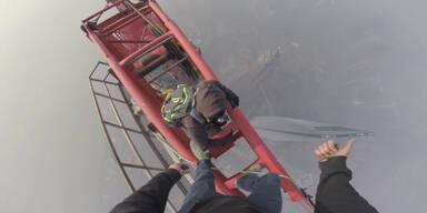 Russen klettern auf zweithöchstes Gebäude der Welt