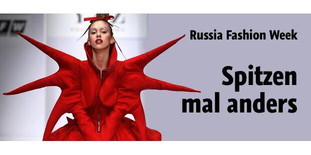 Russen zeigen Pelz, Gold und Brust