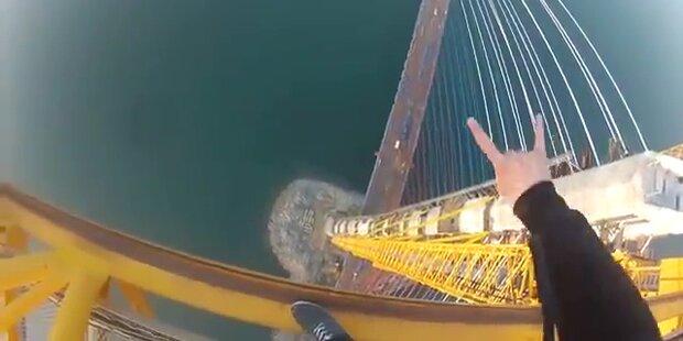 Jugendliche klettern frei auf 320m hohen Kran
