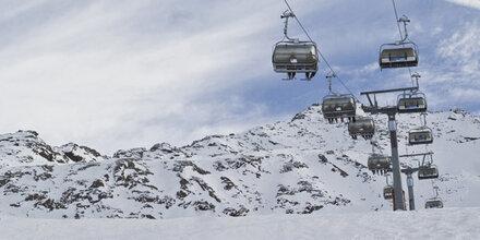Skifahrer von Pistengerät überrollt – tot