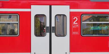 Corona-Stalker stach Schaffner in S-Bahn nieder