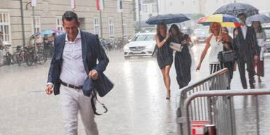 Minister Mückstein bei Festspielen vom Regen erwischt