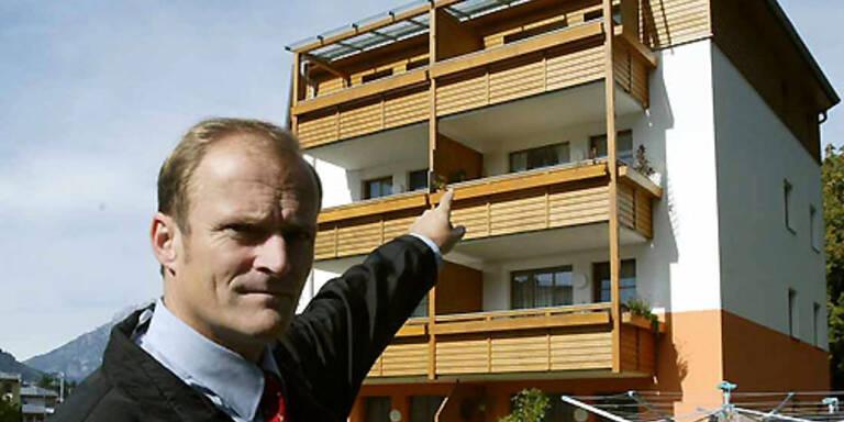 Der Chef der Salzburger Kriminalabteilung Karl Heinz Wochermaier zeigt auf das Wohnhaus in der Pinzgauer Stadt Saalfelden, in dem eine 35-Jaehrige ihre fuenf Jahre alte Tochter in der Badewanne ertraenkt hat.(c) APA/FRANZ NEUMAYR