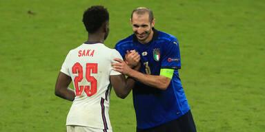 Bukayo Saka (England) und Giorgio Chiellini mit einem Handshake nach dem EM-Finale