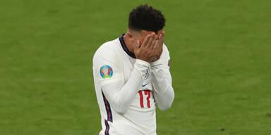 Englands Jadon Sancho hält sich nach seinem verschossenen Elfmeter im EM-Finale die Hände vor sein Gesicht