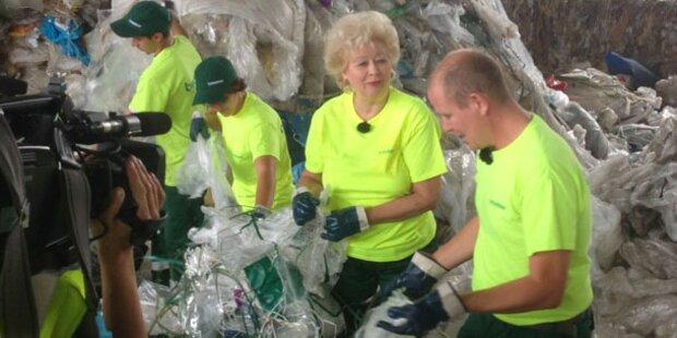 Society-Lady Birgit Sarata wühlt im Dreck
