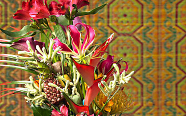 Exotische Blumen-Deko mit Inkalilien und Heliconia