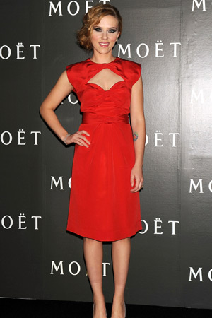 Scarlett Johansson trägt Rot!