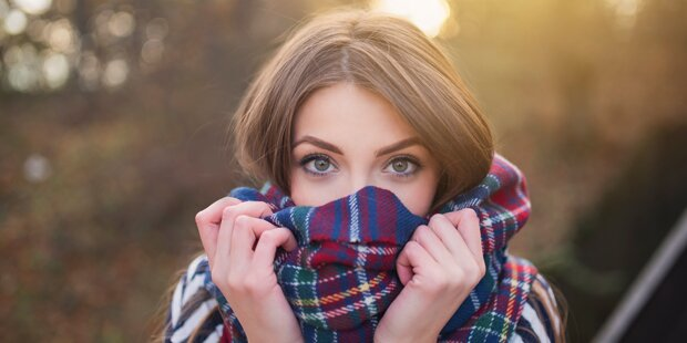 Seite klärt auf, ob man schon Schal tragen darf